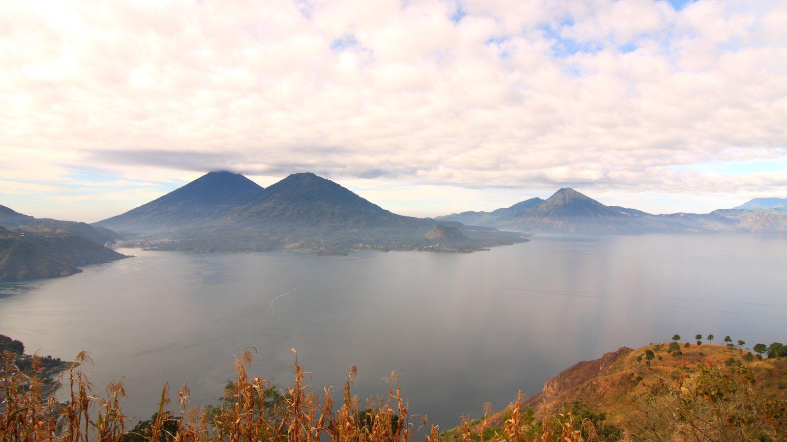 Lago de Atitlán que incluye montañas, un lago o abrevadero y vistas de paisajes