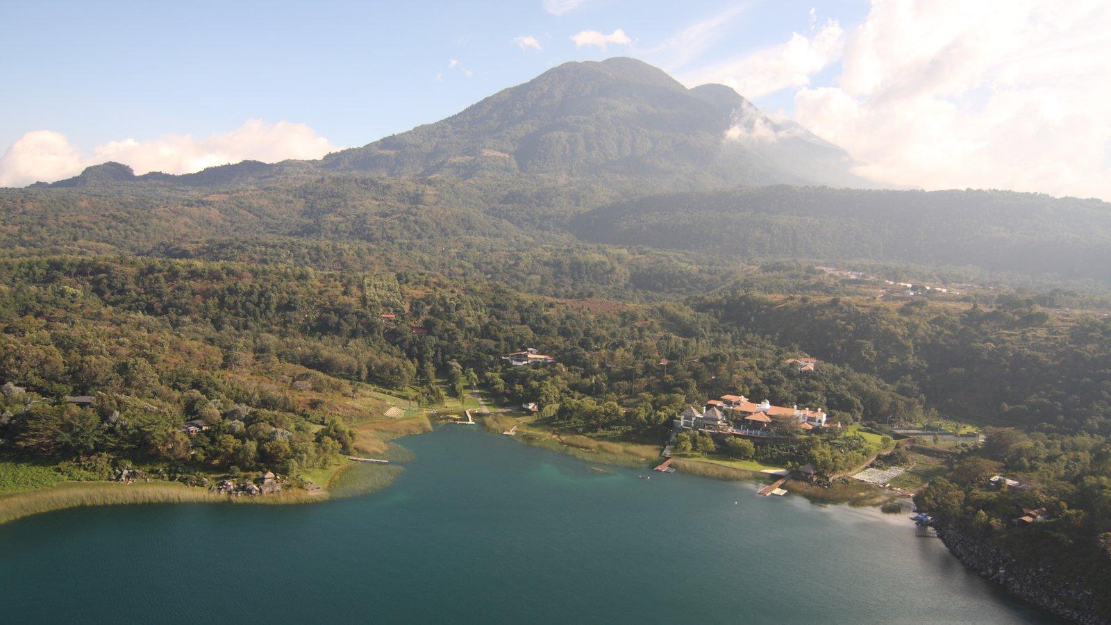 Lago de Atitlán que incluye montañas, vistas de paisajes y un lago o abrevadero