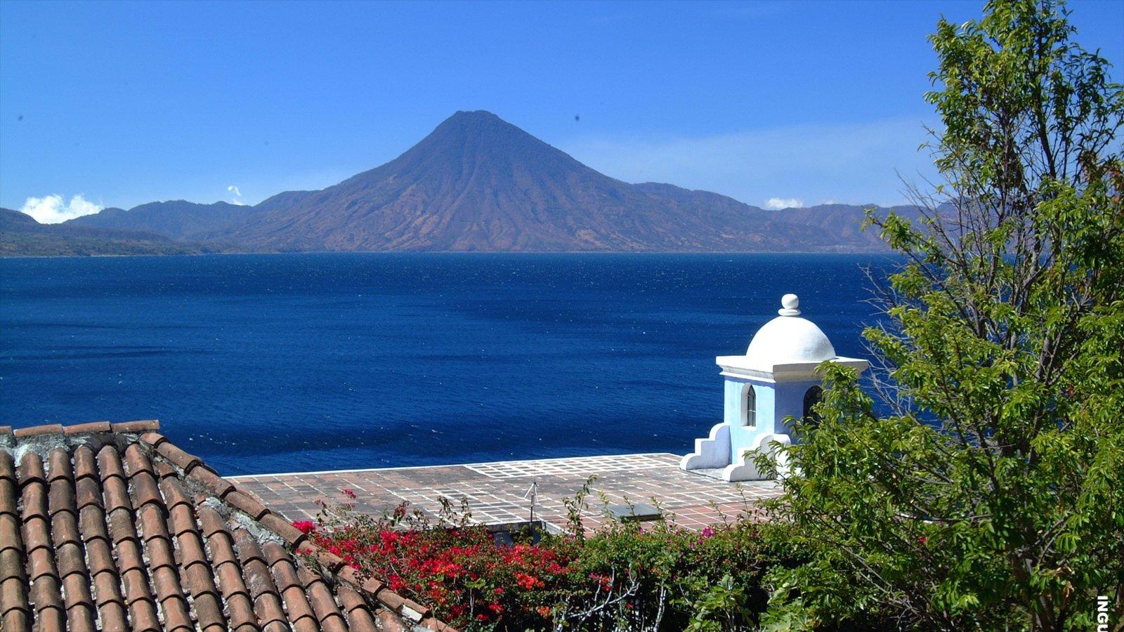 Lago de Atitlán mostrando montañas, vistas de paisajes y un lago o abrevadero