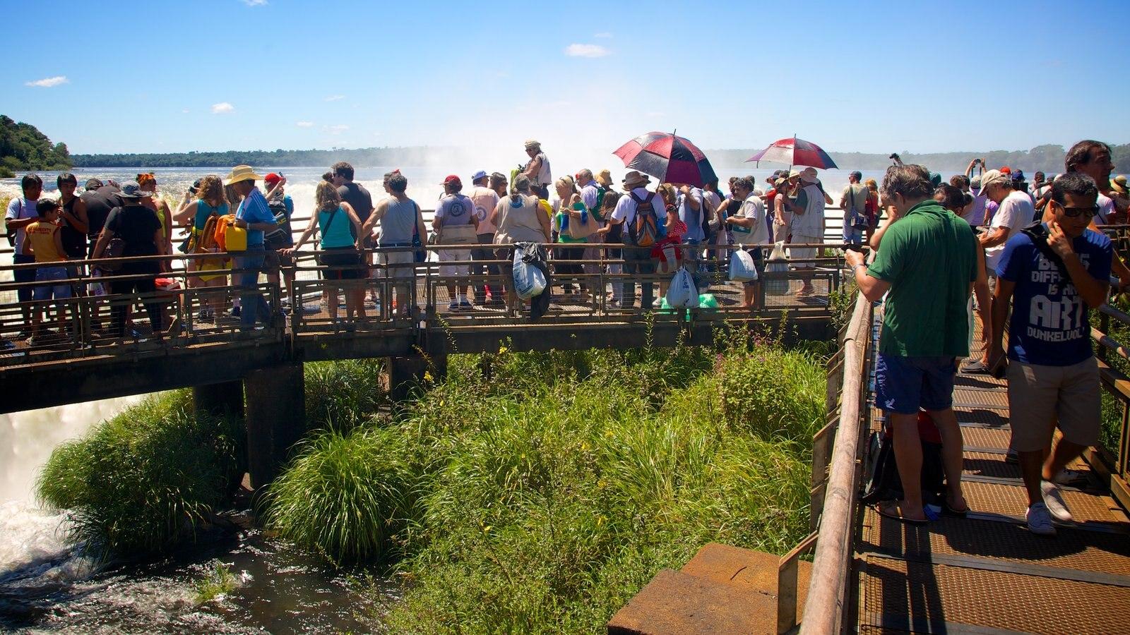 Garganta do Diabo mostrando paisagens e uma ponte assim como um grande grupo de pessoas