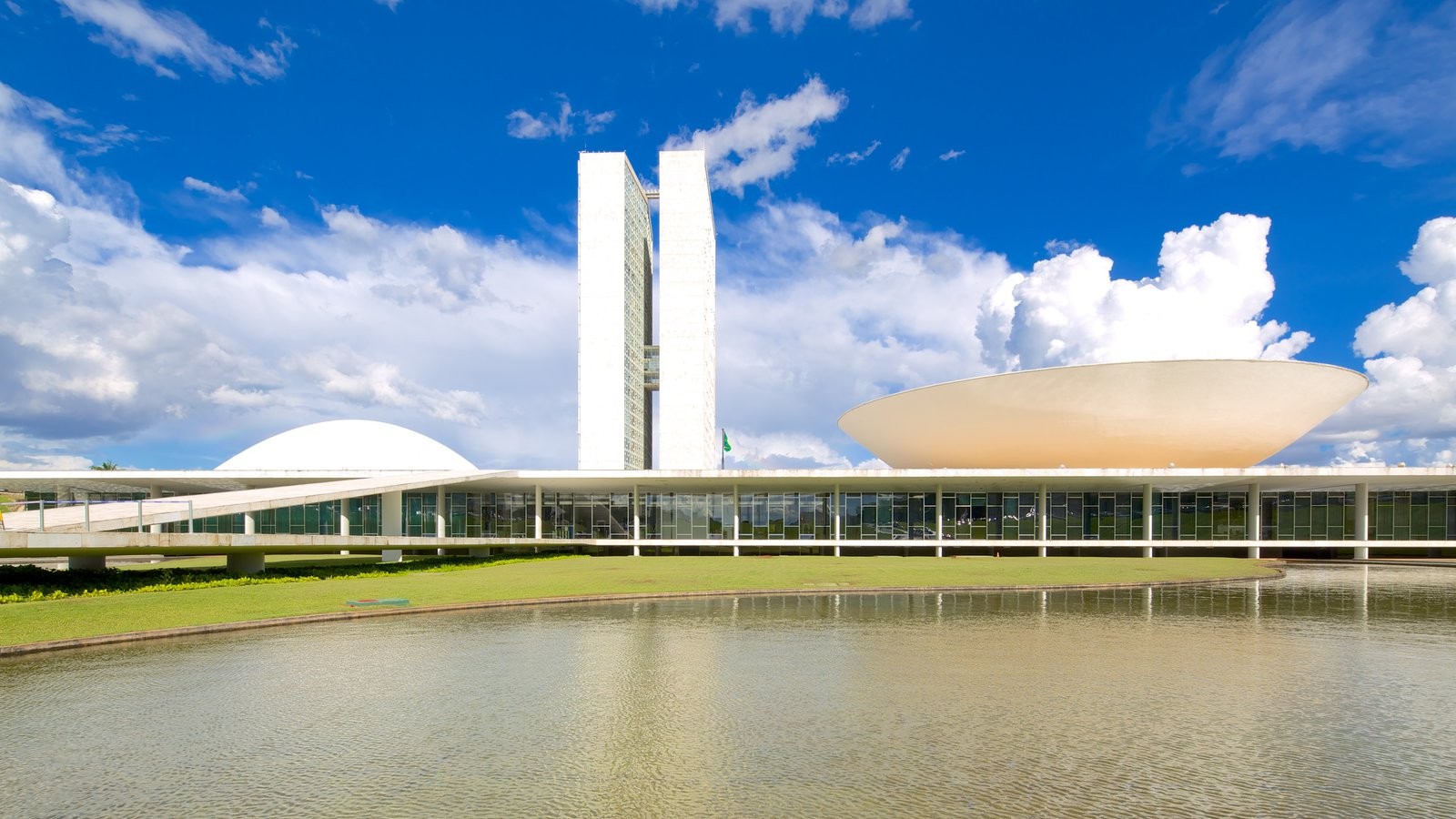 Congresso Nacional do Brasil que inclui arquitetura moderna, um lago e uma cidade