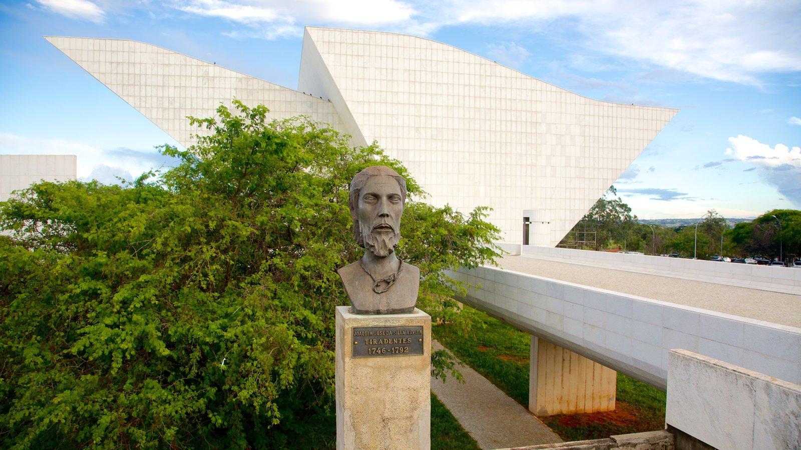 Panteão da Liberdade mostrando uma estátua ou escultura, arquitetura moderna e arte ao ar livre