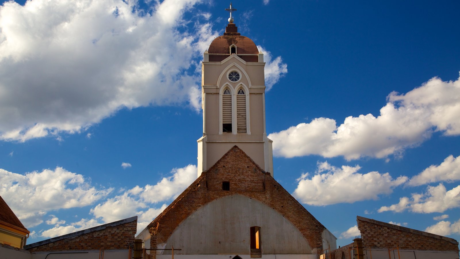 Catedral de São João Batista caracterizando elementos religiosos, uma igreja ou catedral e uma cidade pequena ou vila