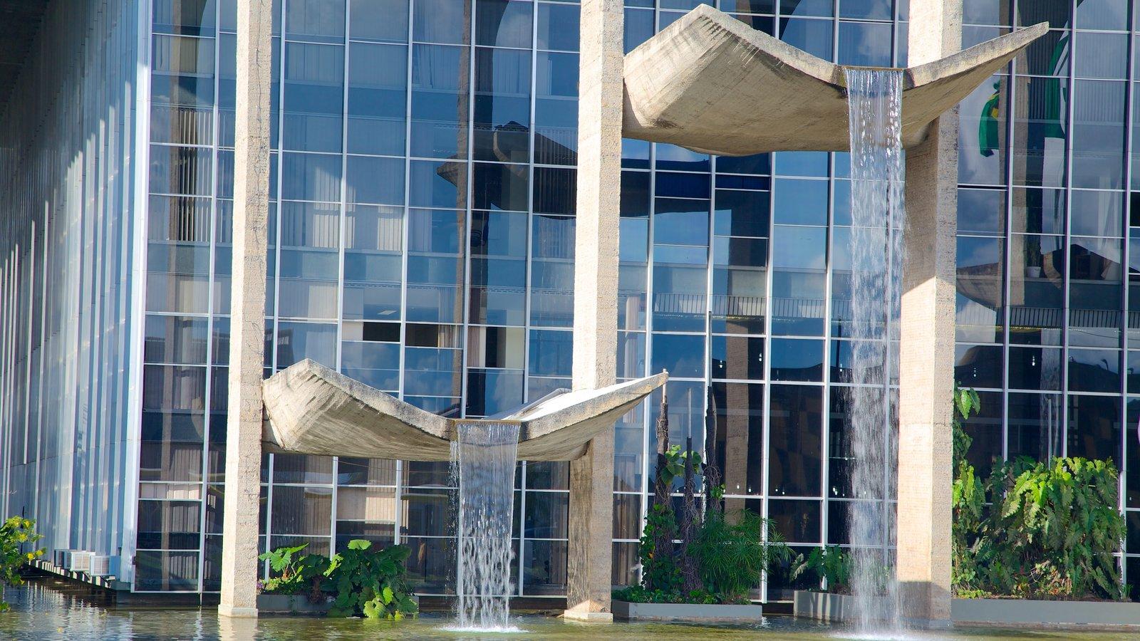 Palácio de Justiça caracterizando arquitetura moderna, uma fonte e cbd