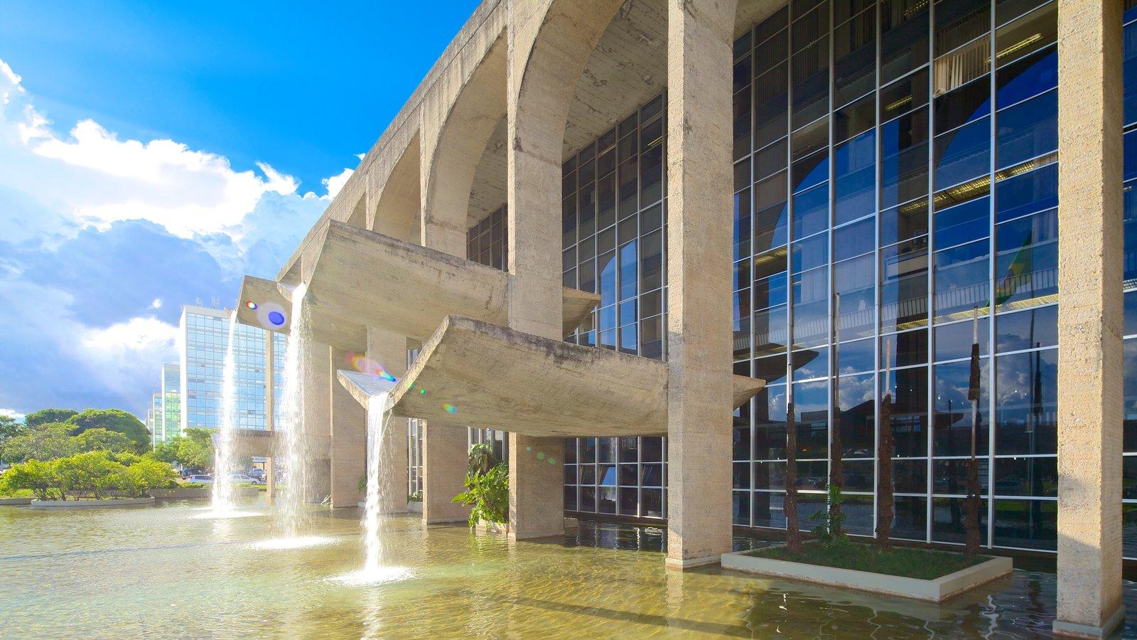 Palácio de Justiça que inclui arquitetura moderna e um edifício administrativo
