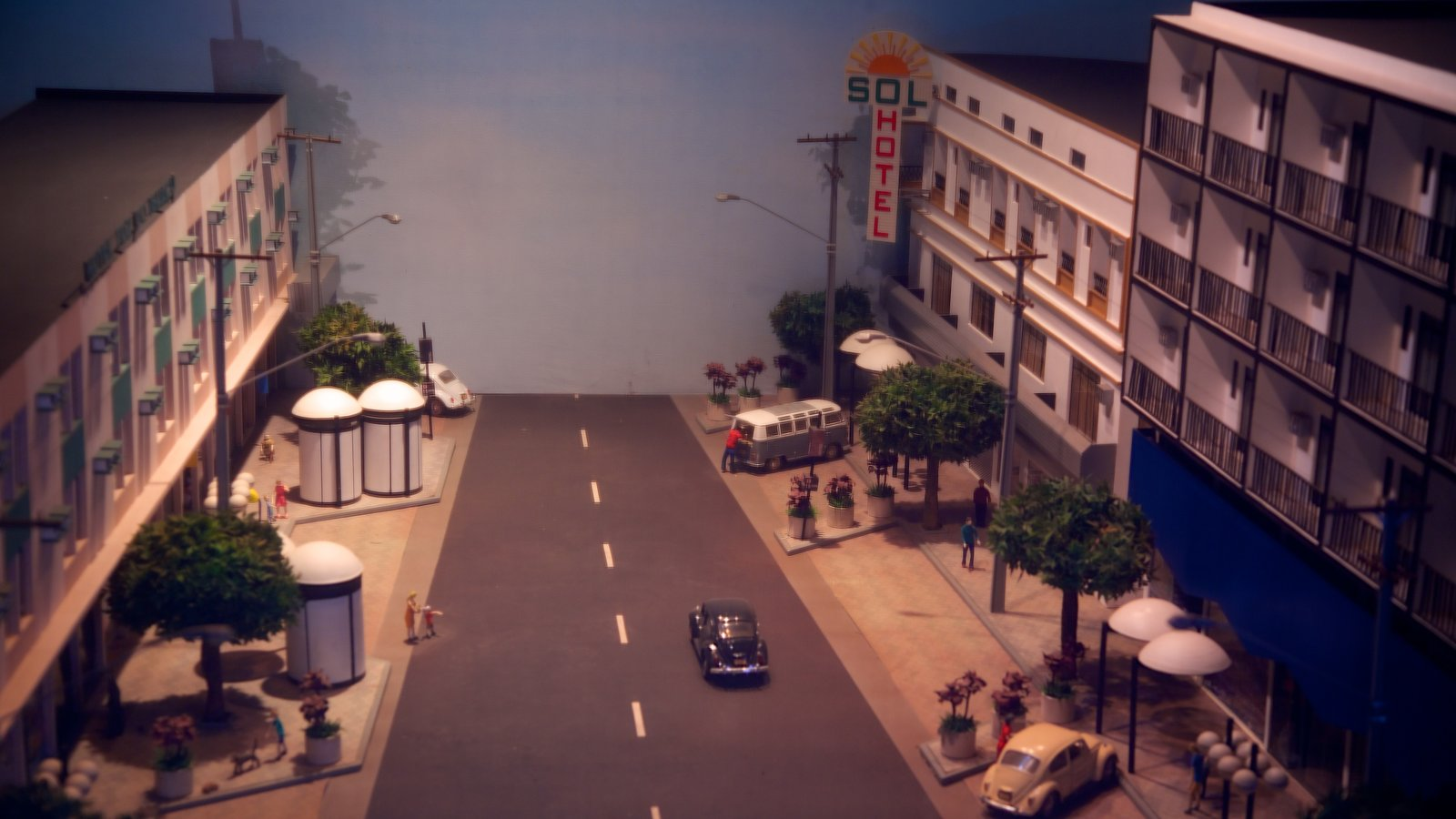 Ecomuseu caracterizando cenas de rua, vistas internas e uma cidade