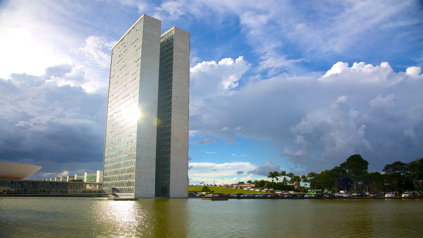 Congresso Nacional do Brasil mostrando um rio ou córrego, uma cidade e arquitetura moderna