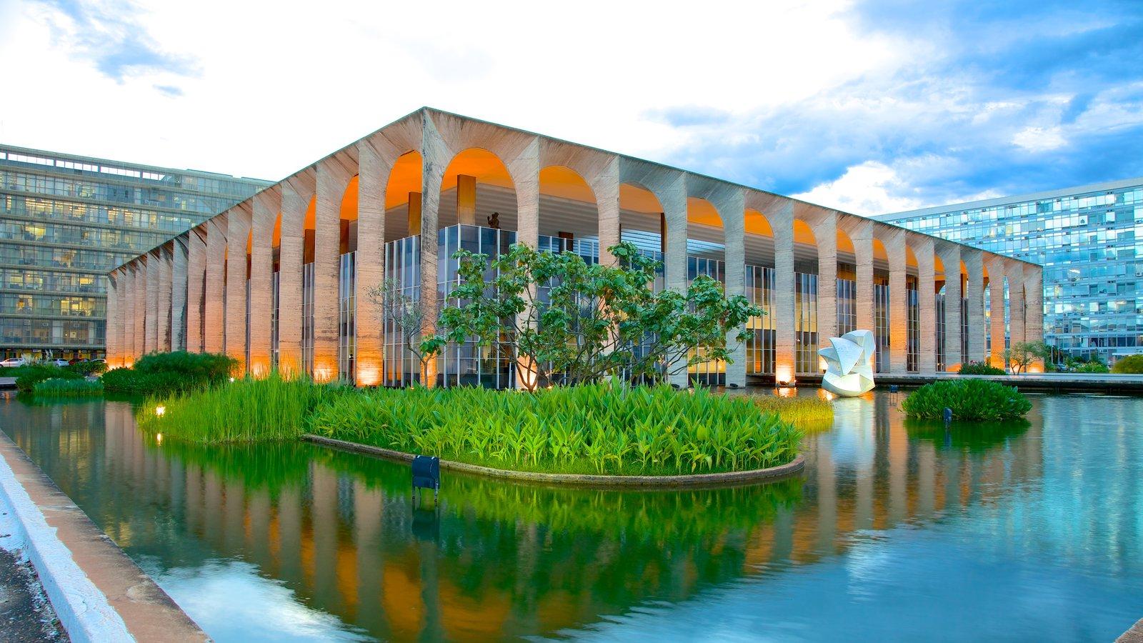 Palácio do Itamaraty que inclui uma cidade, arquitetura moderna e um lago
