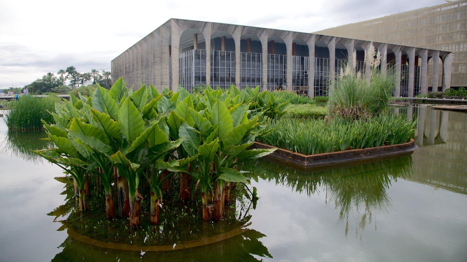 Palácio do Itamaraty que inclui arquitetura moderna, um pequeno castelo ou palácio e arte ao ar livre