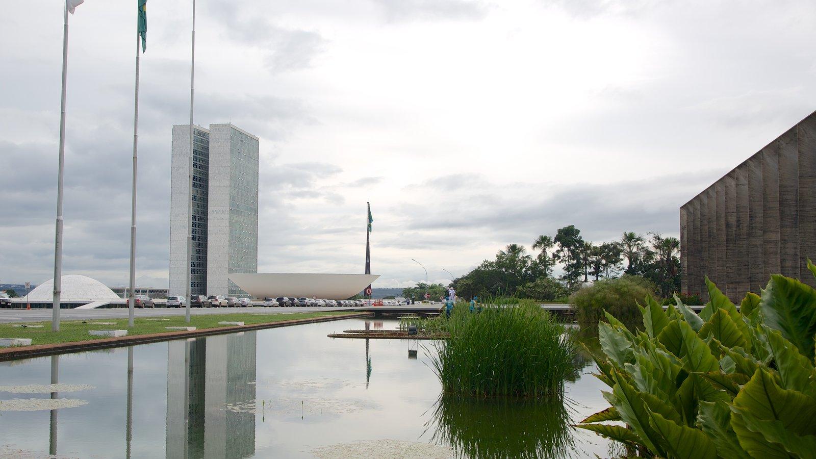 Palácio do Itamaraty que inclui uma cidade, um lago e arquitetura moderna