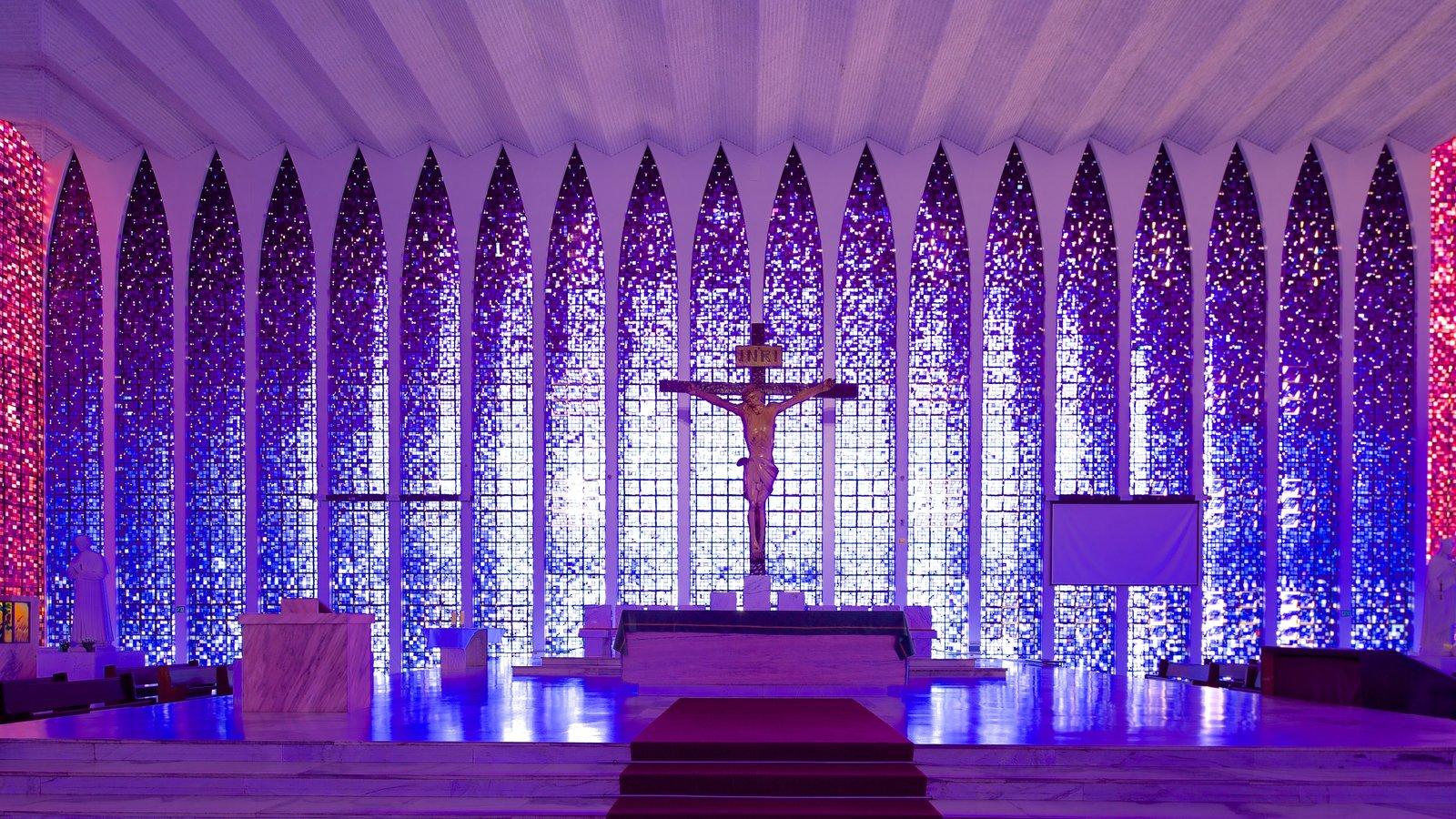 Santuário Dom Bosco que inclui aspectos religiosos, vistas internas e uma igreja ou catedral
