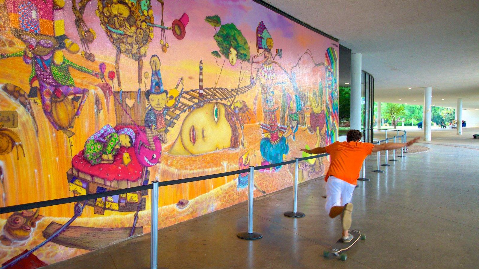 Parque do Ibirapuera mostrando arte e vistas internas assim como uma criança sozinha