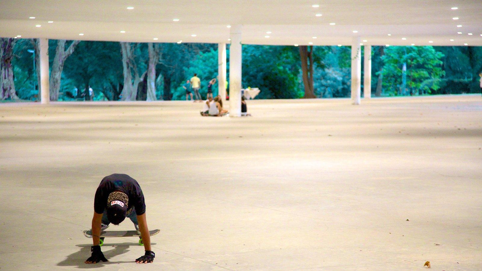 Parque do Ibirapuera mostrando vistas internas e uma cidade assim como um homem sozinho