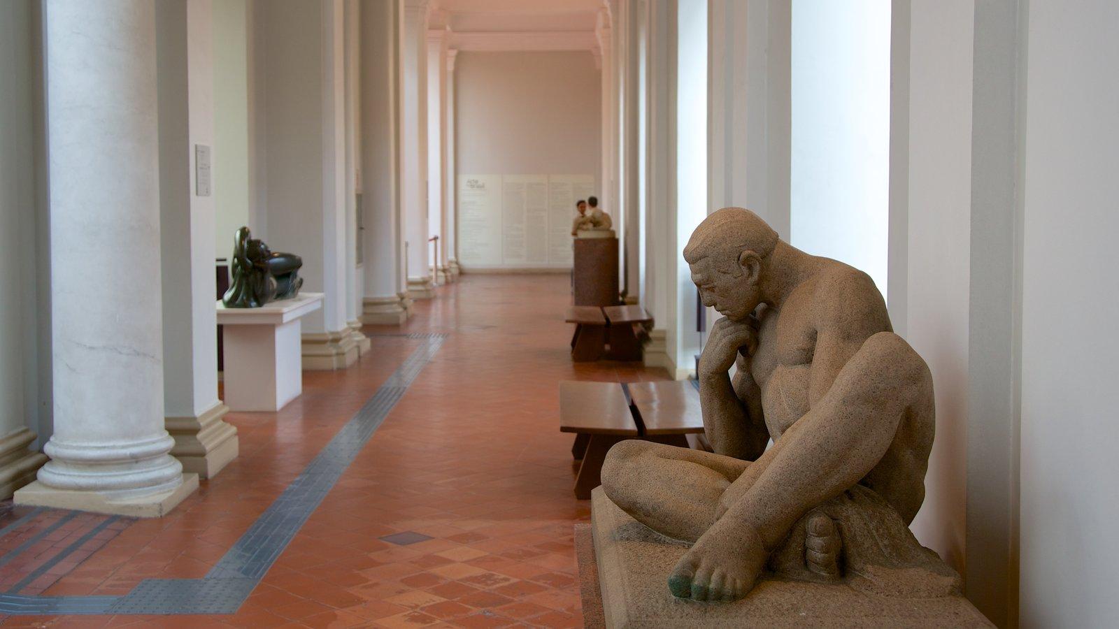 Pinacoteca do Estado mostrando arte, uma estátua ou escultura e vistas internas