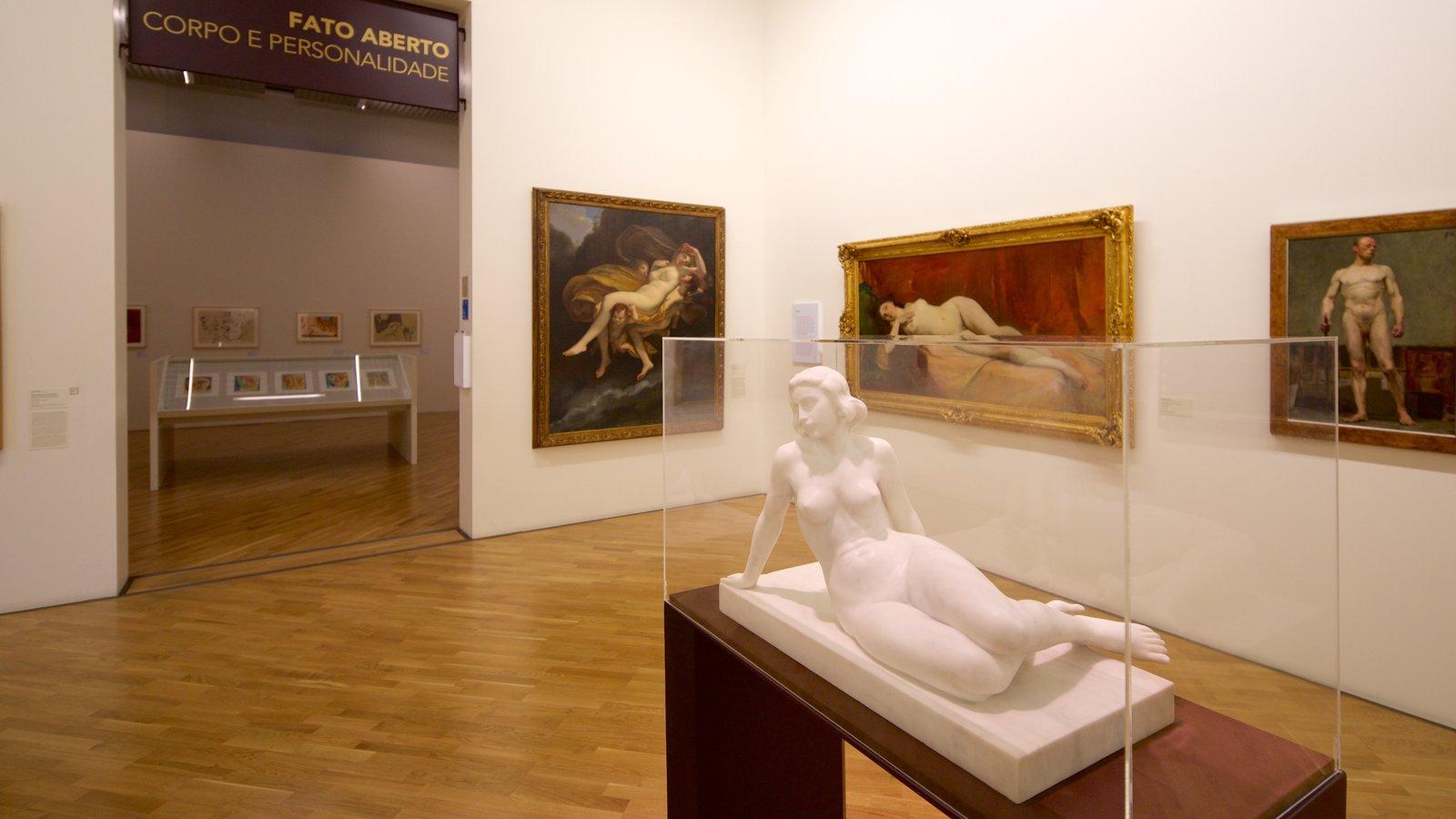 Pinacoteca do Estado que inclui vistas internas, arte e uma estátua ou escultura