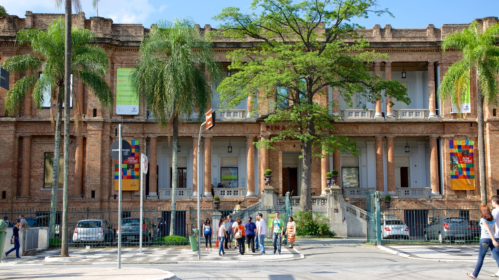 Pinacoteca do Estado caracterizando arquitetura de patrimônio, uma cidade e cenas de rua