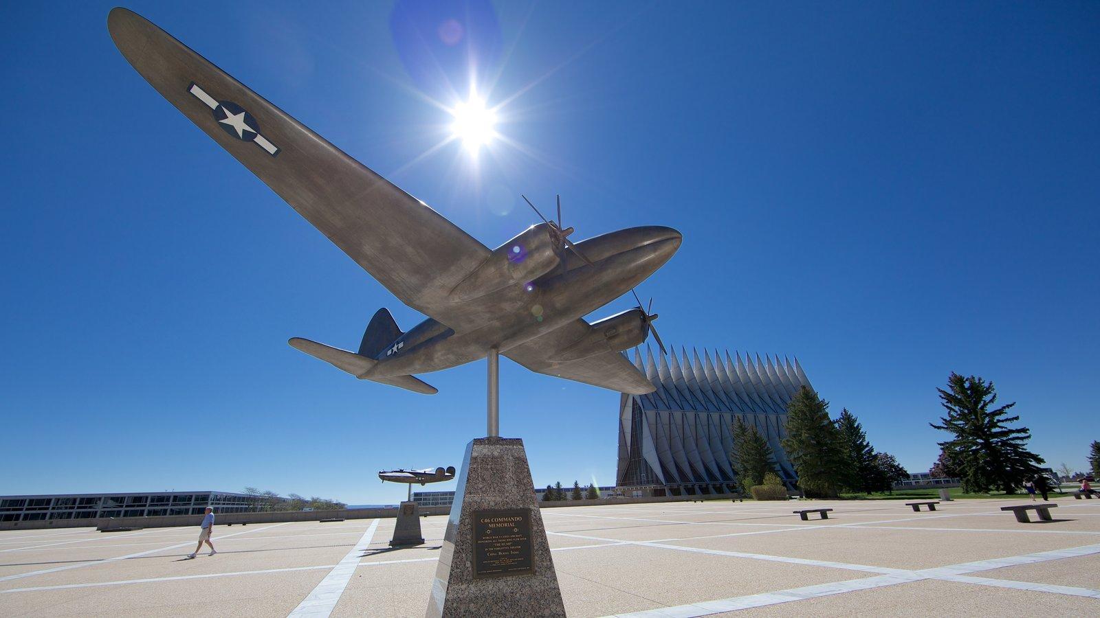 US Air Force Academy caracterizando um monumento e aeronave
