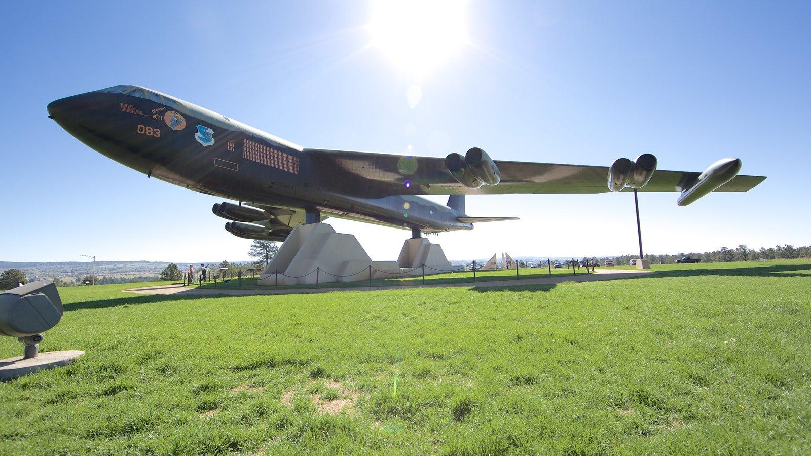 US Air Force Academy mostrando aeronave e itens militares