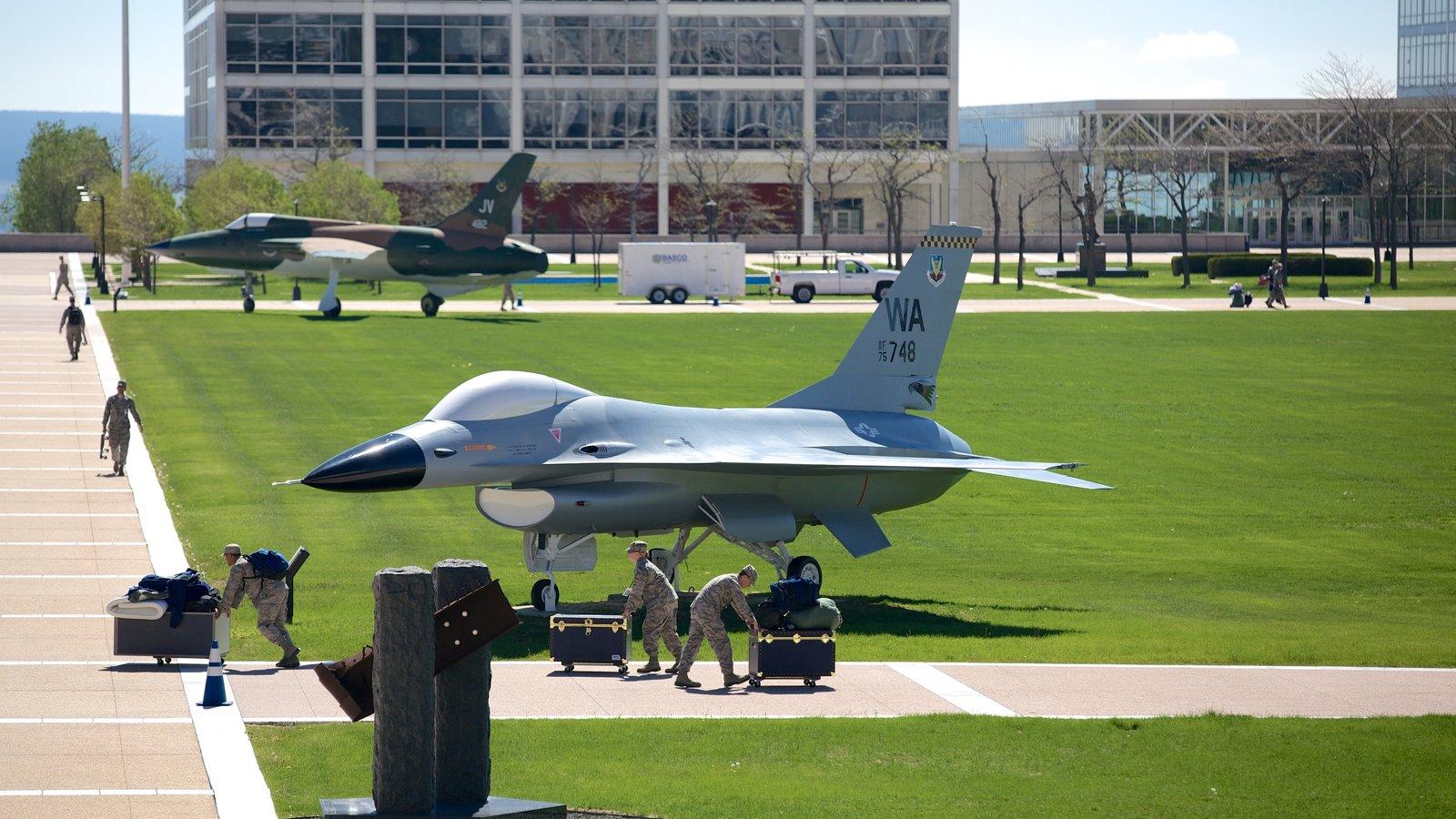 US Air Force Academy caracterizando itens militares e aeronave