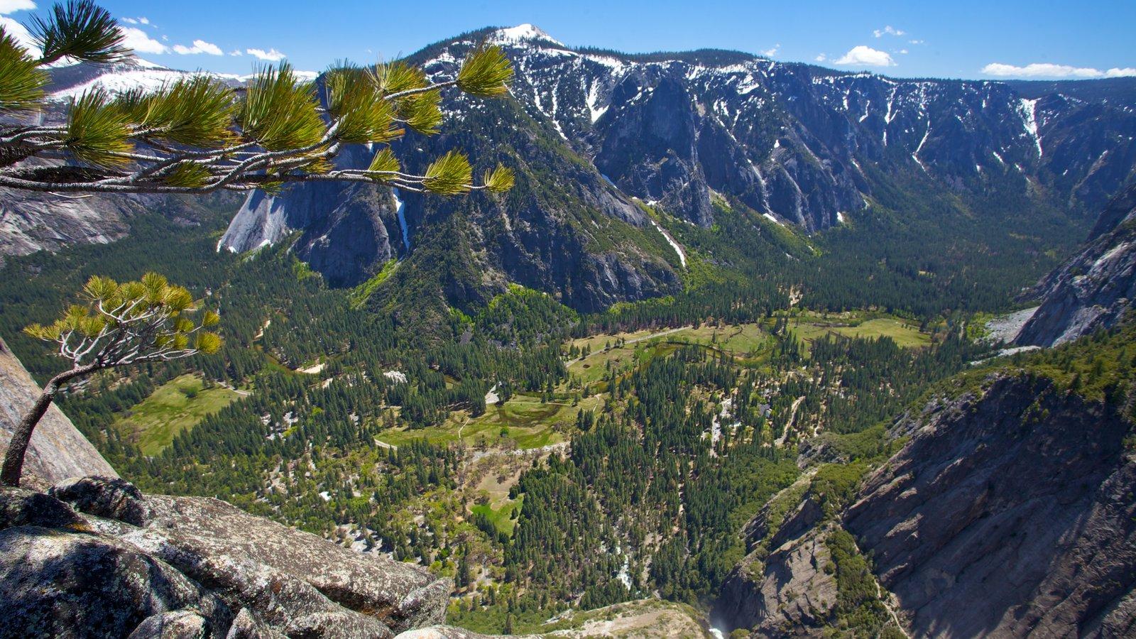 Salto Yosemite que incluye montañas