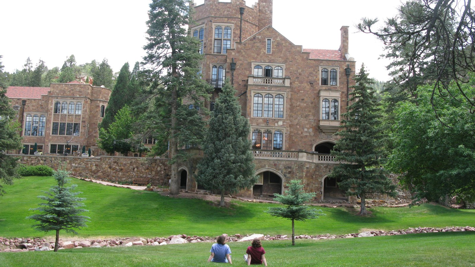 Glen Eyrie Castle featuring a garden, heritage architecture and chateau or palace