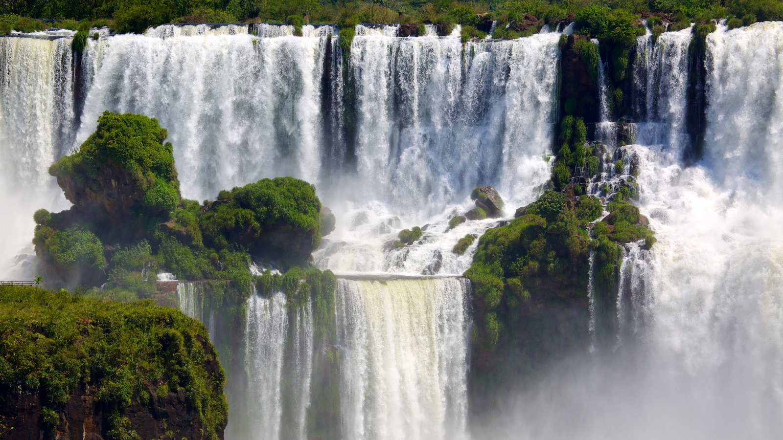 Iguazu Falls showing a waterfall