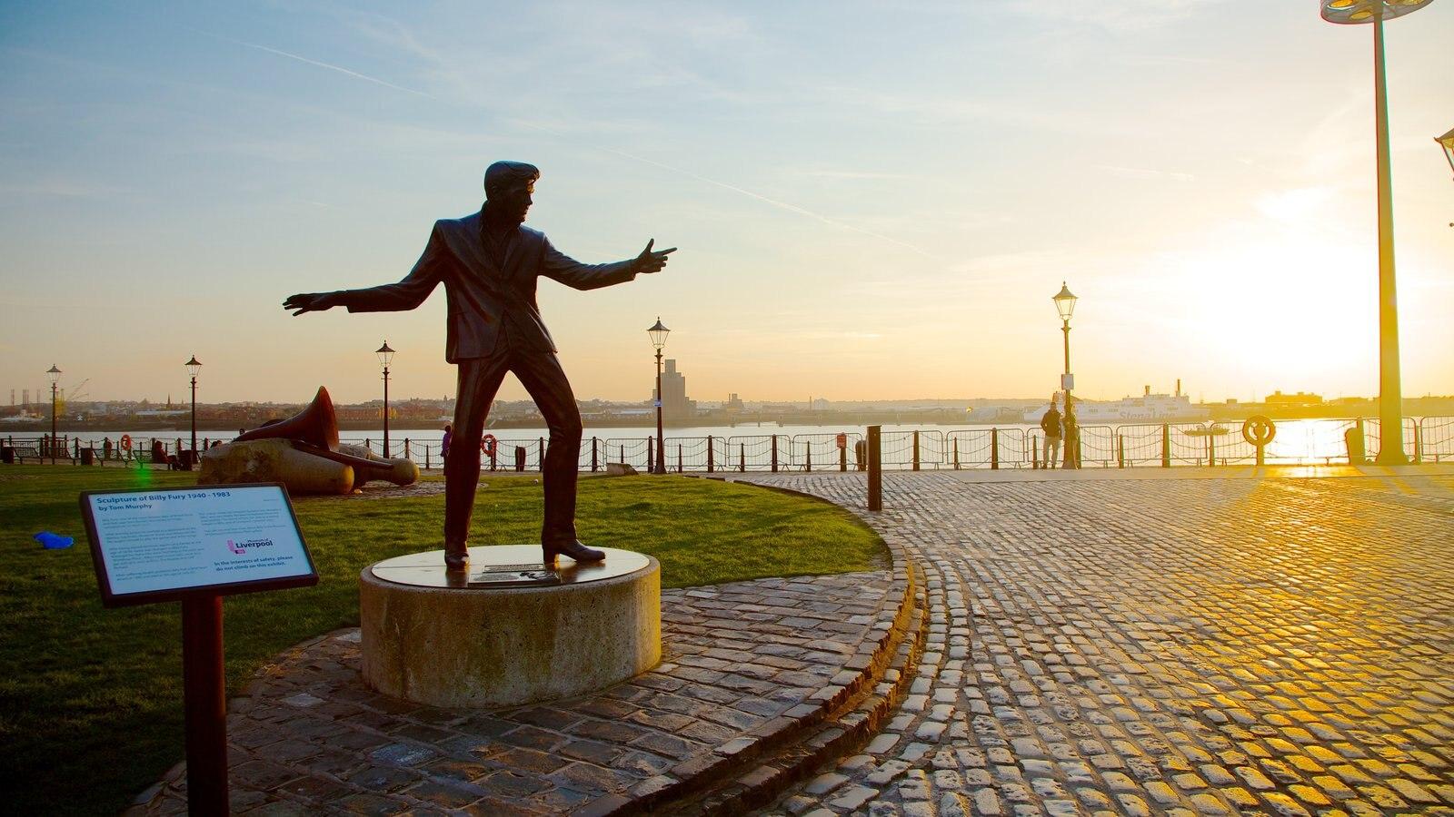 Albert Dock que incluye vistas generales de la costa, una estatua o escultura y arte al aire libre