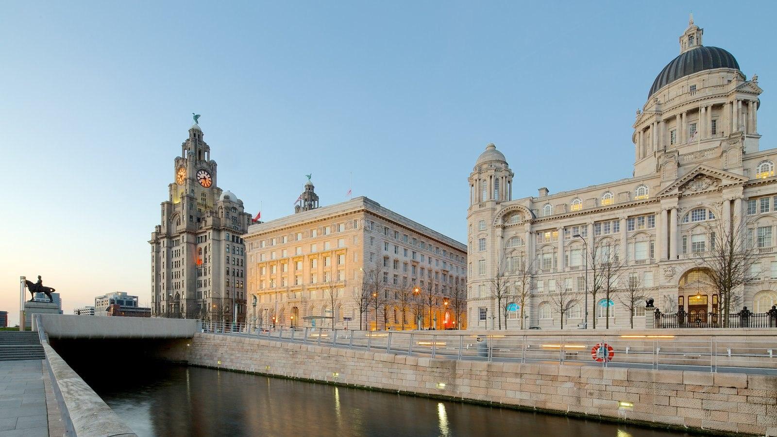 Liverpool ofreciendo patrimonio de arquitectura, una iglesia o catedral y escenas urbanas
