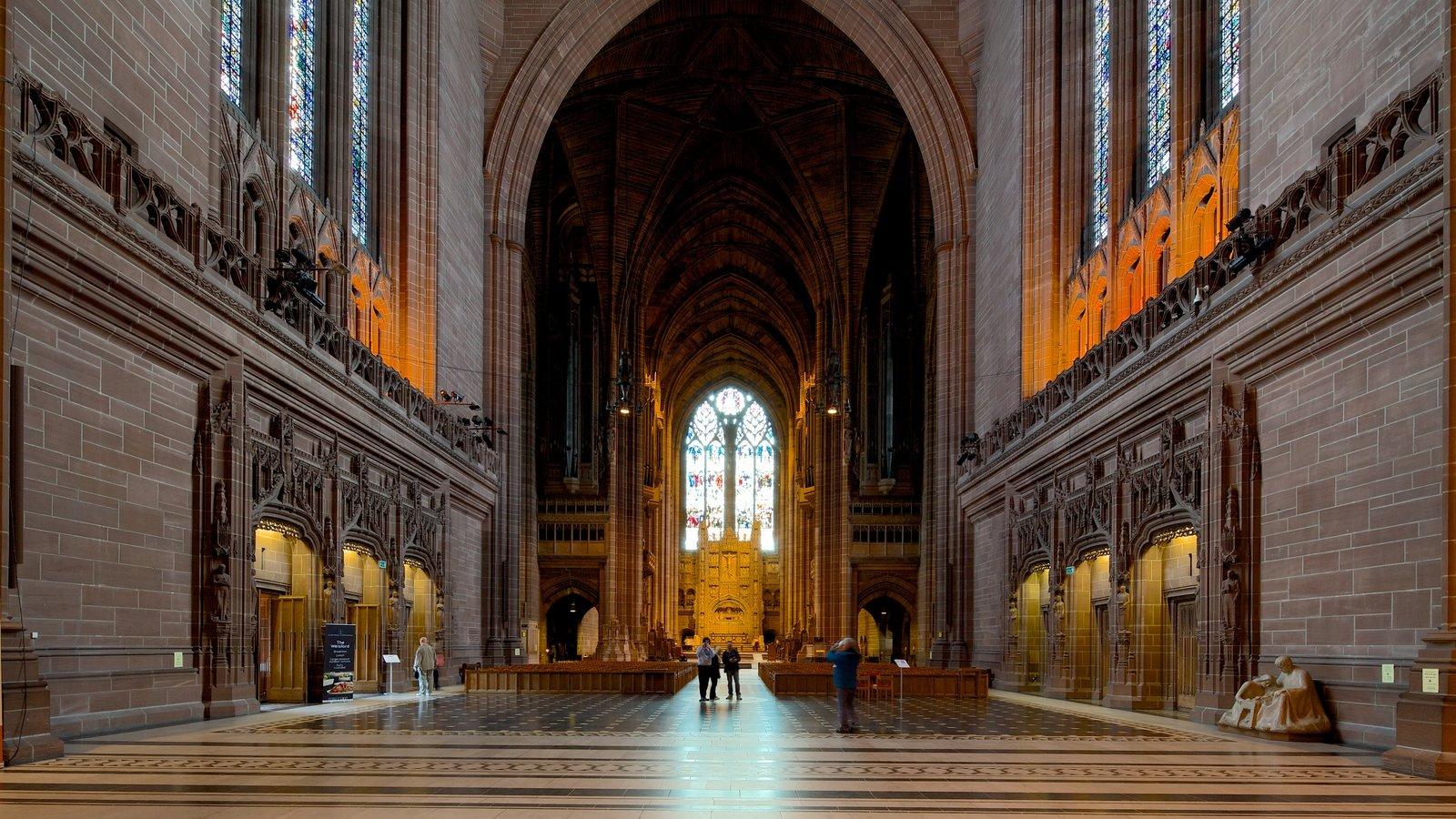 Liverpool Anglican Cathedral mostrando una iglesia o catedral, vistas interiores y elementos religiosos