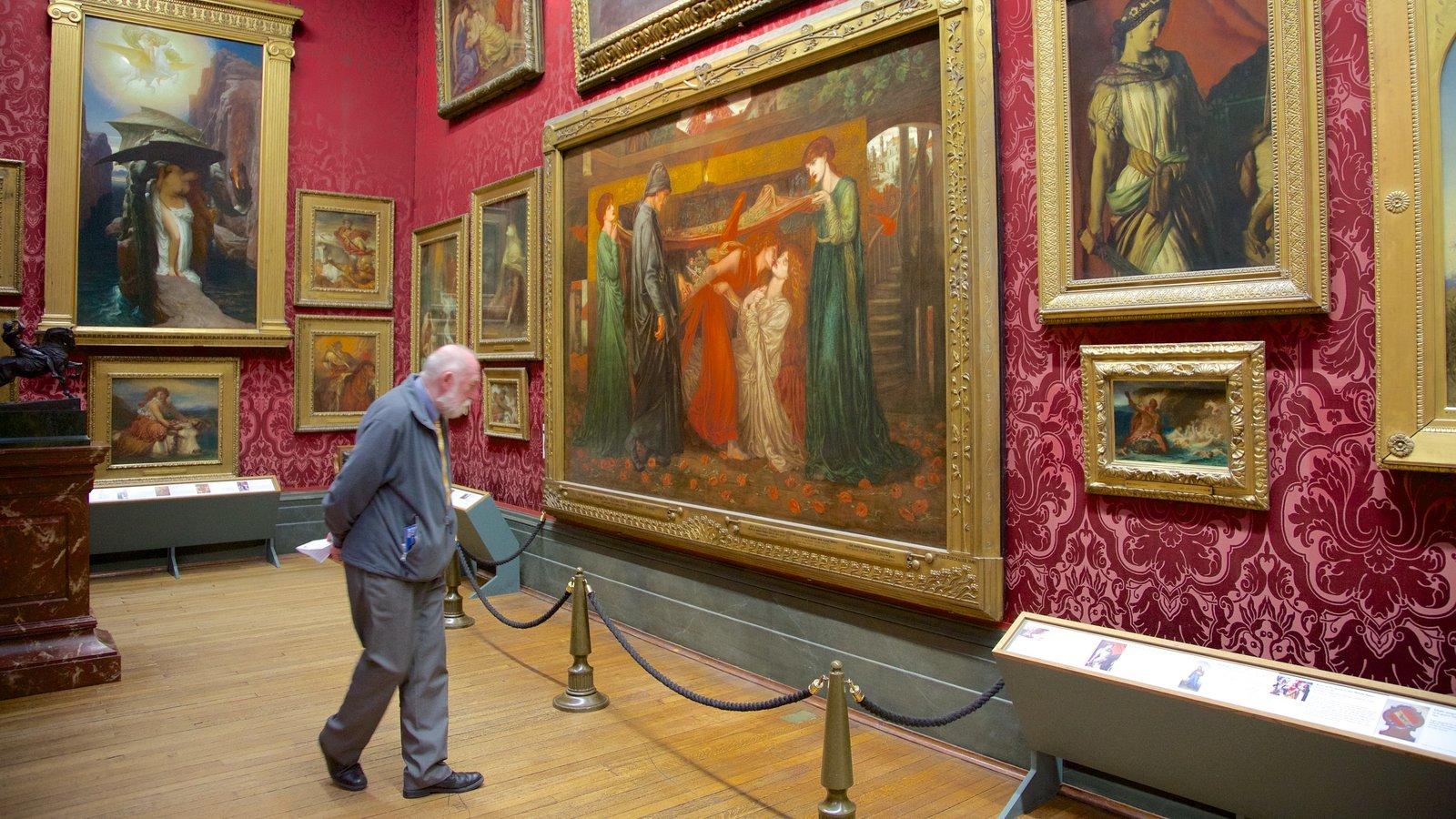 Walker Art Gallery que incluye vistas interiores y arte y también un hombre
