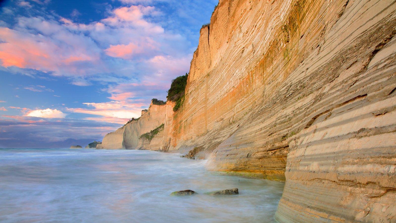 Sunset Beach que incluye una puesta de sol y costa rocosa