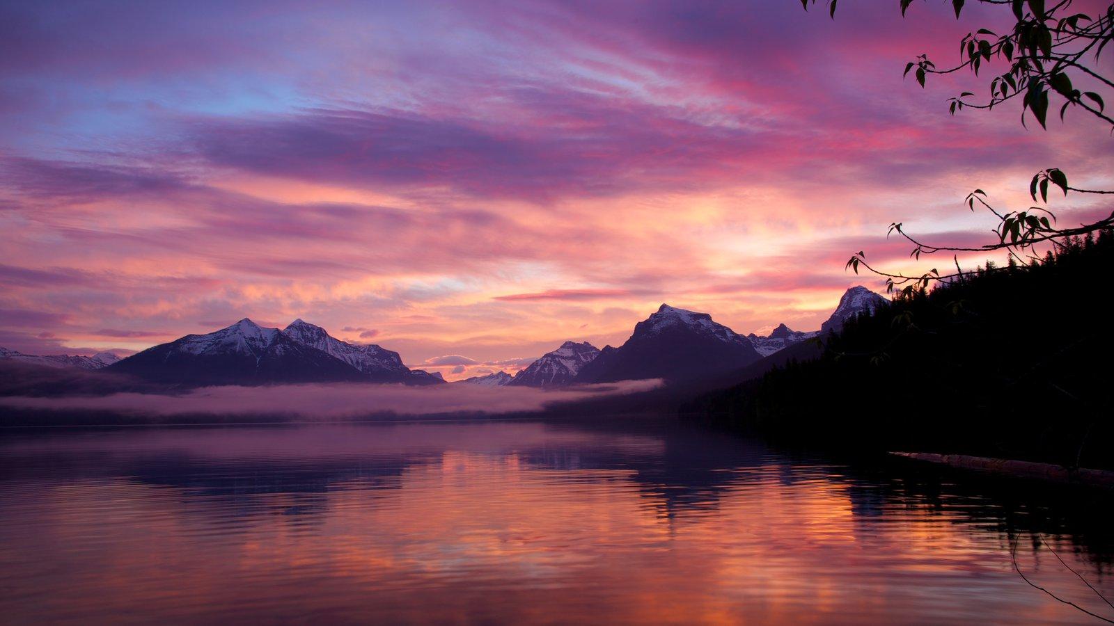 Parque Nacional de los Glaciares mostrando una puesta de sol y un lago o abrevadero