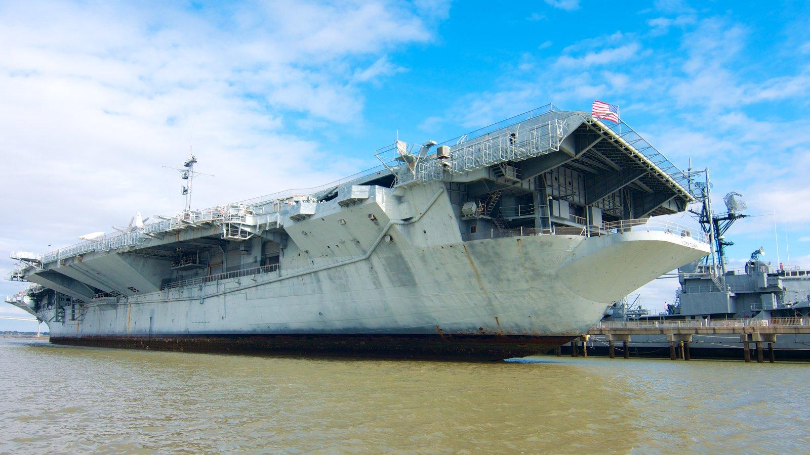 Carolina do Sul caracterizando itens militares e uma marina