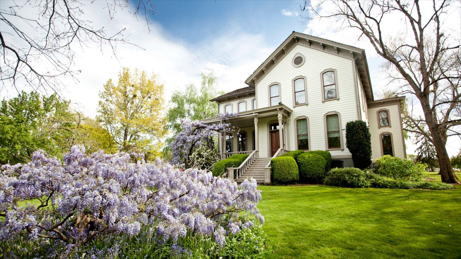 Bush House Museum ofreciendo una casa y flores