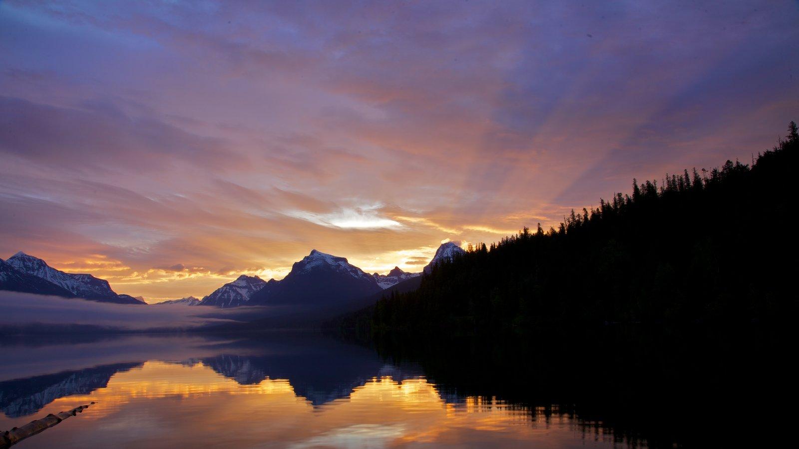 Parque Nacional de los Glaciares ofreciendo un lago o abrevadero y una puesta de sol