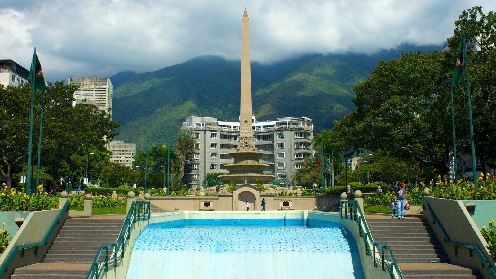 Plaza Altamira mostrando uma cidade e um monumento
