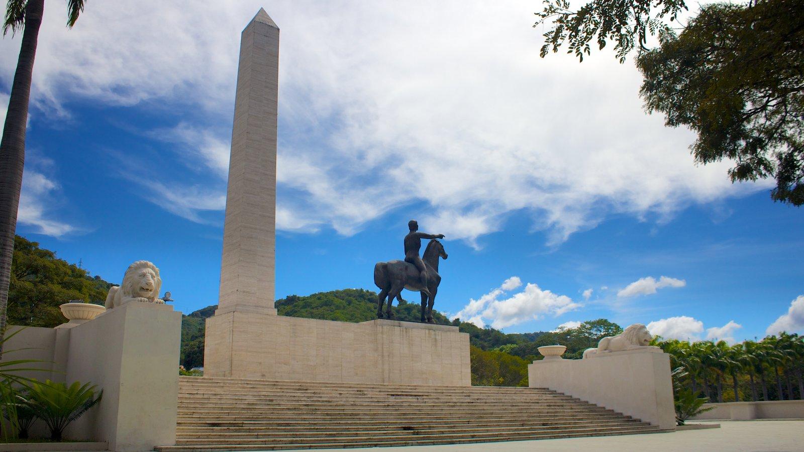 Paseo de los Próceres caracterizando um monumento e uma estátua ou escultura