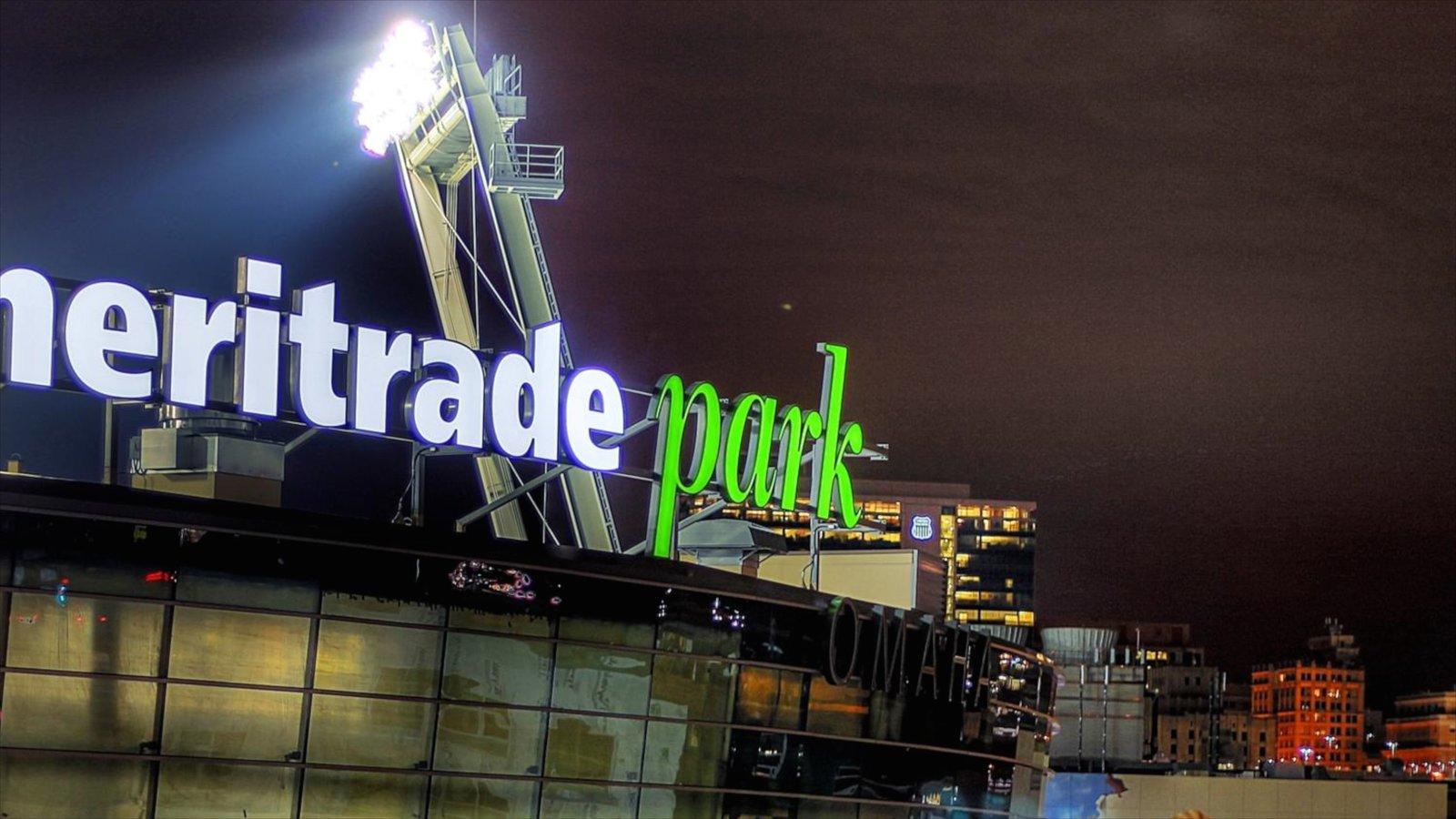 Downtown Omaha caracterizando sinalização, cenas noturnas e arquitetura moderna