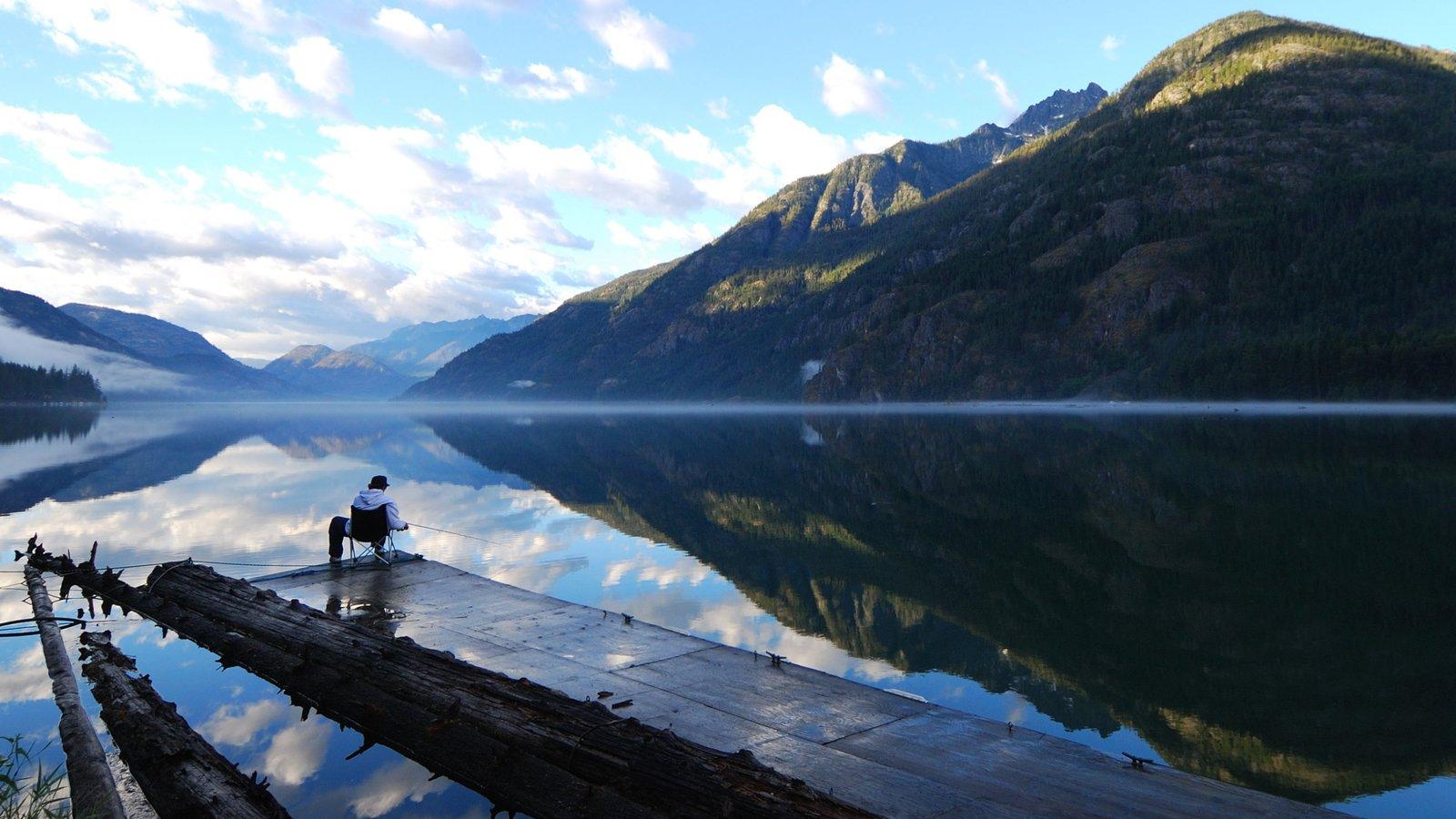 Chelan caracterizando montanhas e um lago ou charco