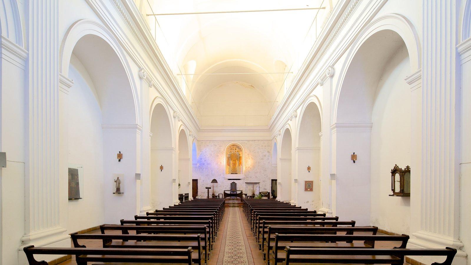 Igreja Matriz mostrando aspectos religiosos, vistas internas e uma igreja ou catedral