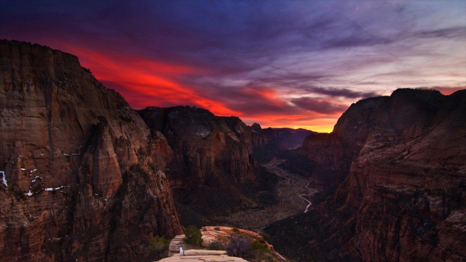 Parque Nacional Zion mostrando una puesta de sol y un barranco o cañón