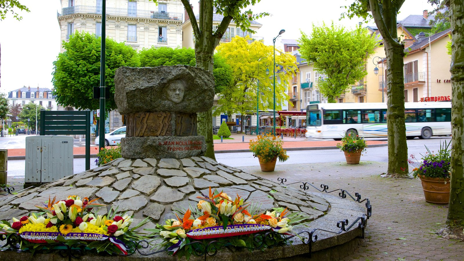 Aix-les-Bains mostrando flores e um monumento