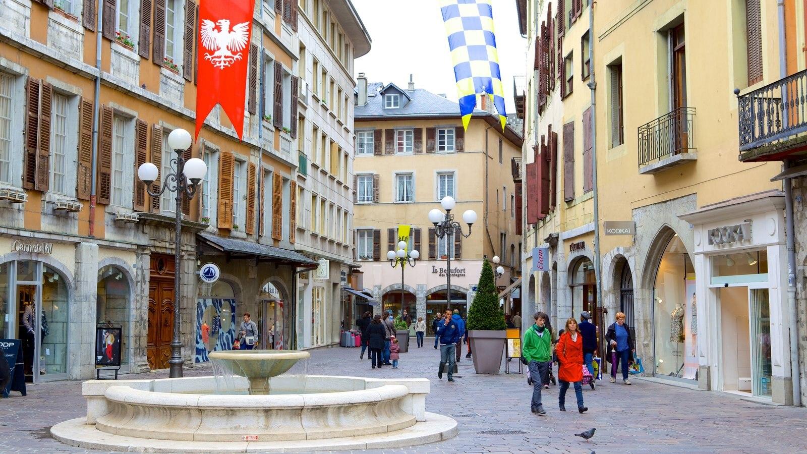 Chambery que inclui cenas de rua, arquitetura de patrimônio e uma fonte