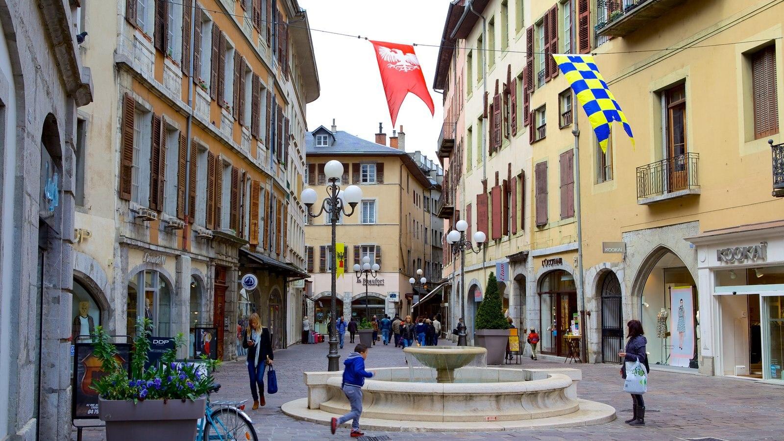 Chambery que inclui arquitetura de patrimônio, cenas de rua e uma fonte