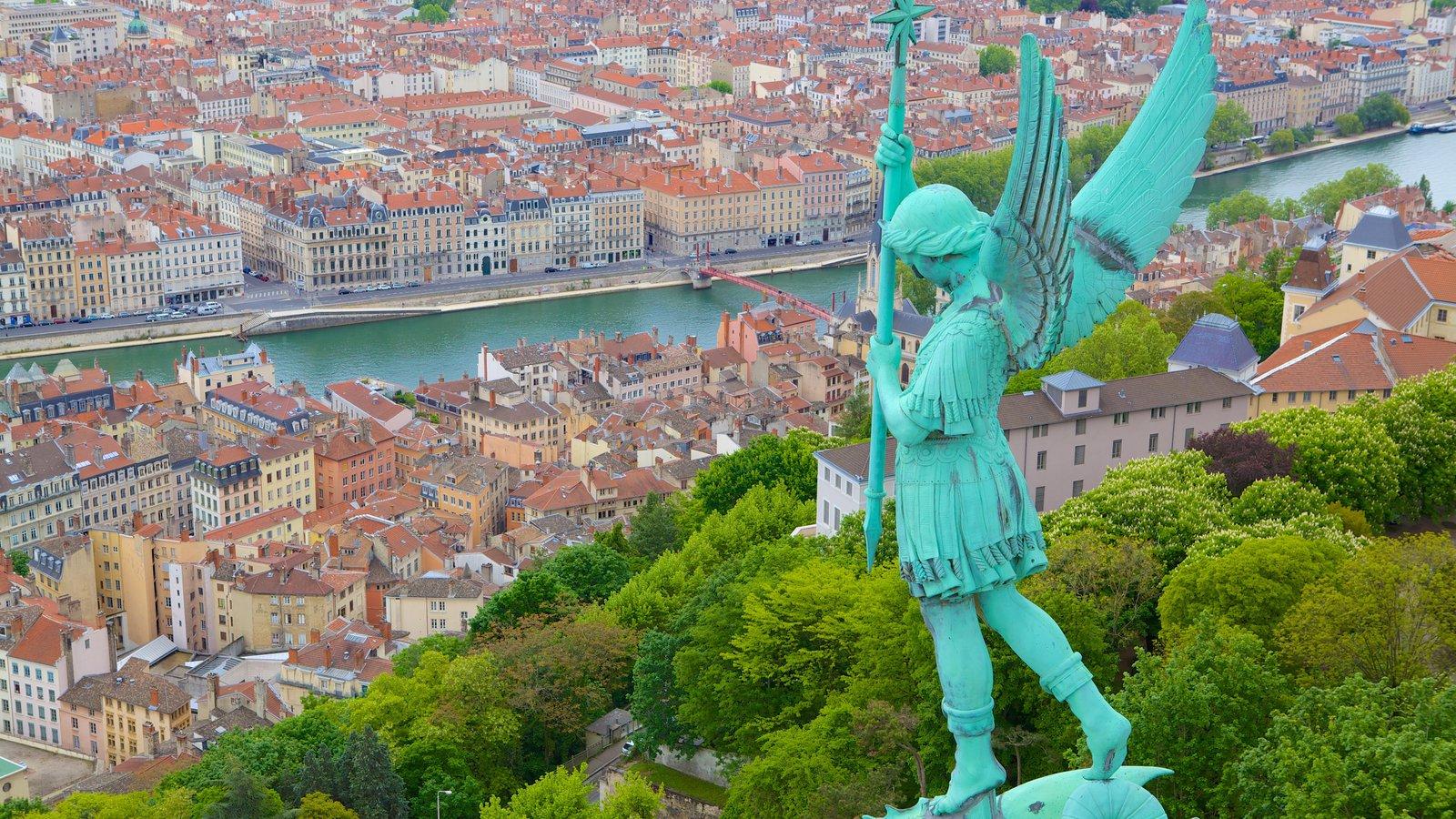 Basílica de Notre Dame que incluye una ciudad y una estatua o escultura