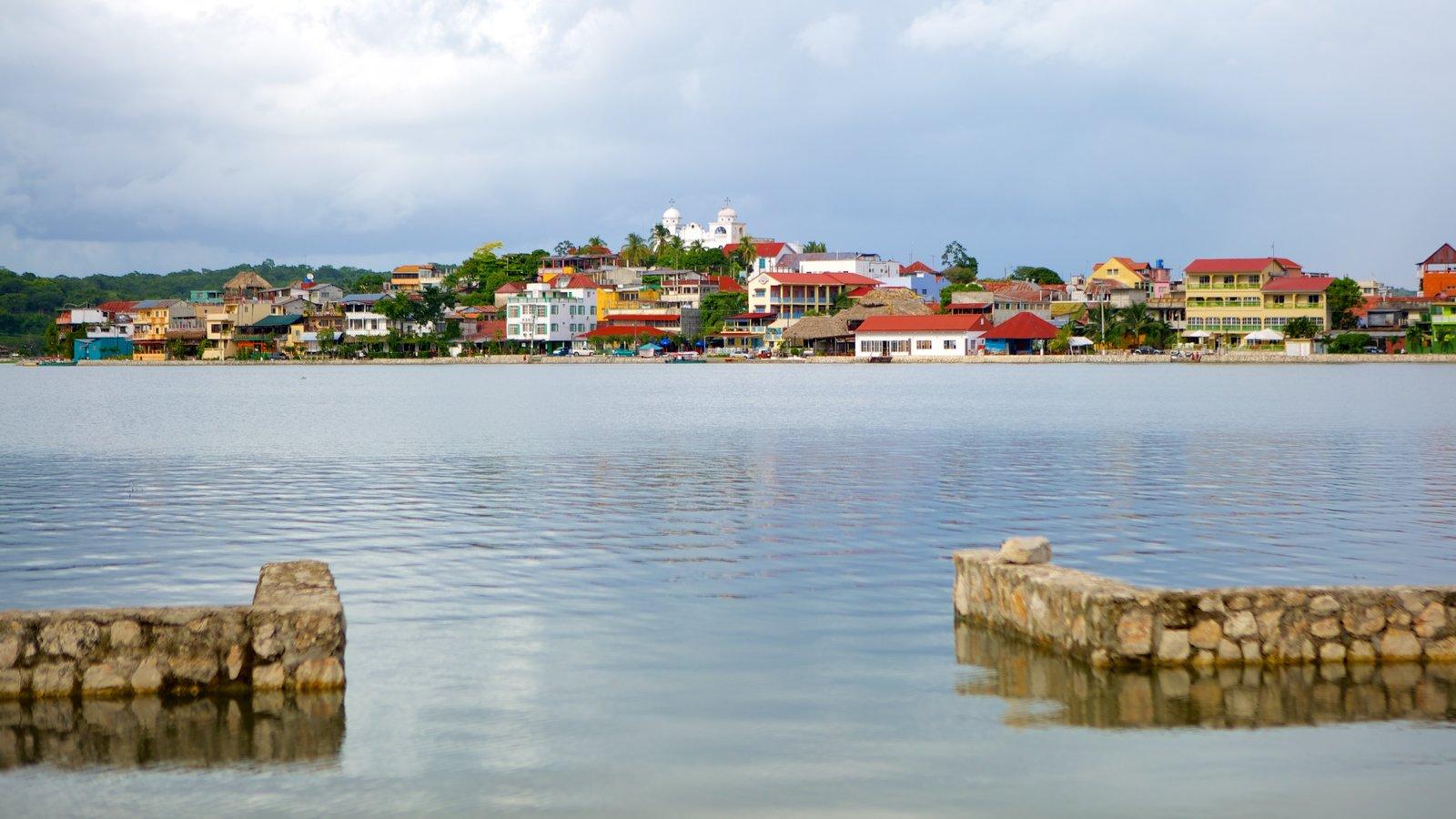 Flores ofreciendo una casa, una ciudad costera y vistas generales de la costa
