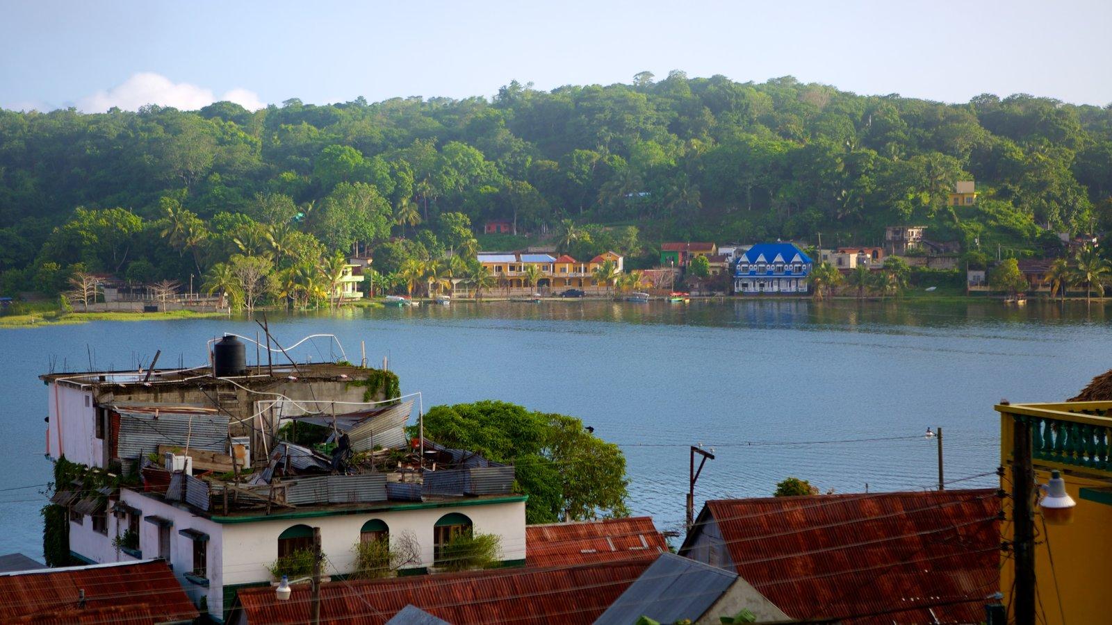 Flores ofreciendo un lago o abrevadero y una ciudad costera