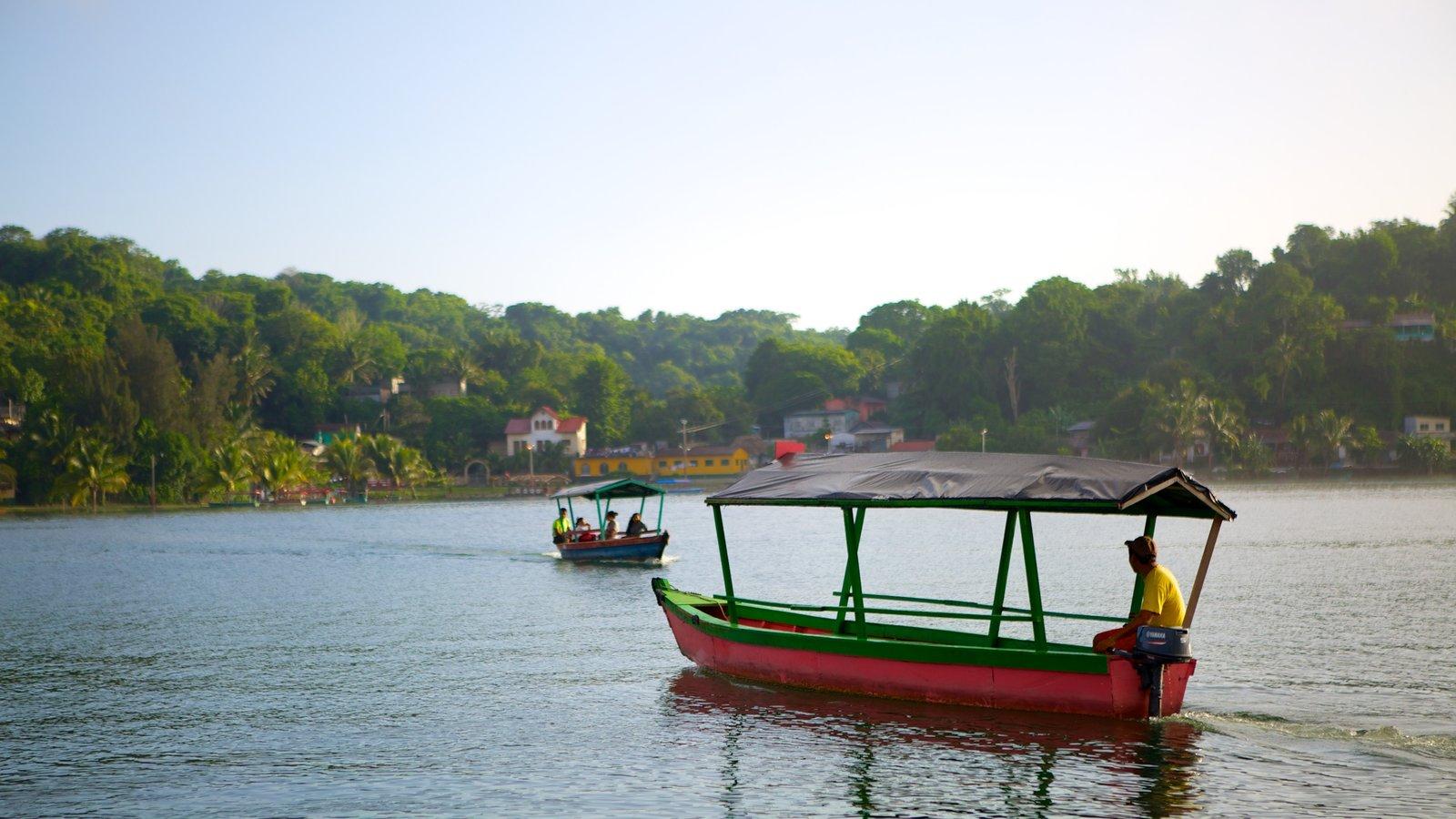 Flores que incluye una ciudad costera, paseos en lancha y un lago o abrevadero