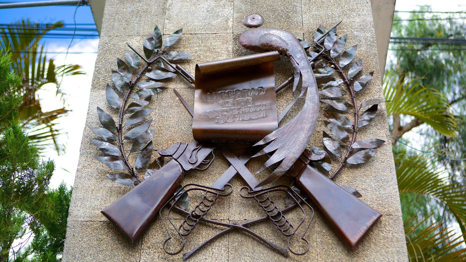 Panajachel ofreciendo arte al aire libre, una estatua o escultura y flores silvestres