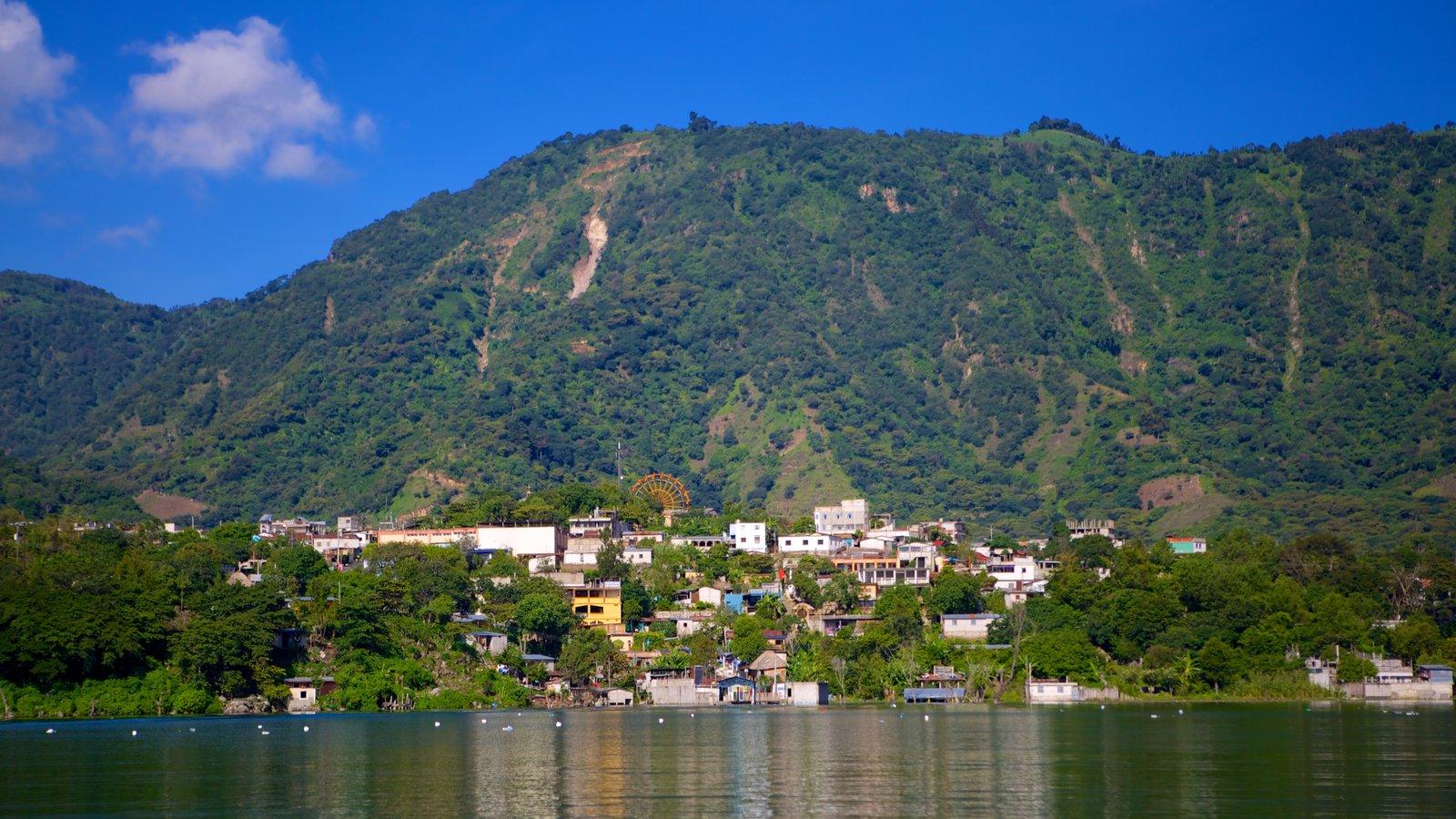 San Juan La Laguna ofreciendo un lago o abrevadero y montañas